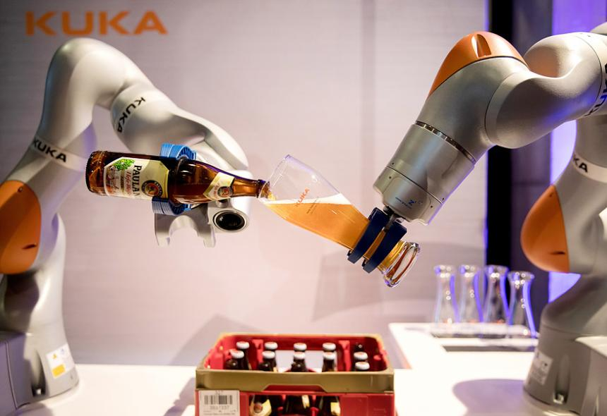 kuka-robot-pouring-beer